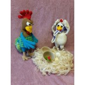 Петух и курица в гнезде