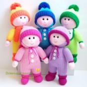 Пупсы в шапочках. Вязаные куклы (спицы)