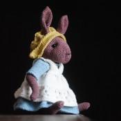 Чепчик и передник для коричневого зайца