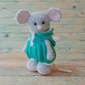 Мышонок в комбинезоне